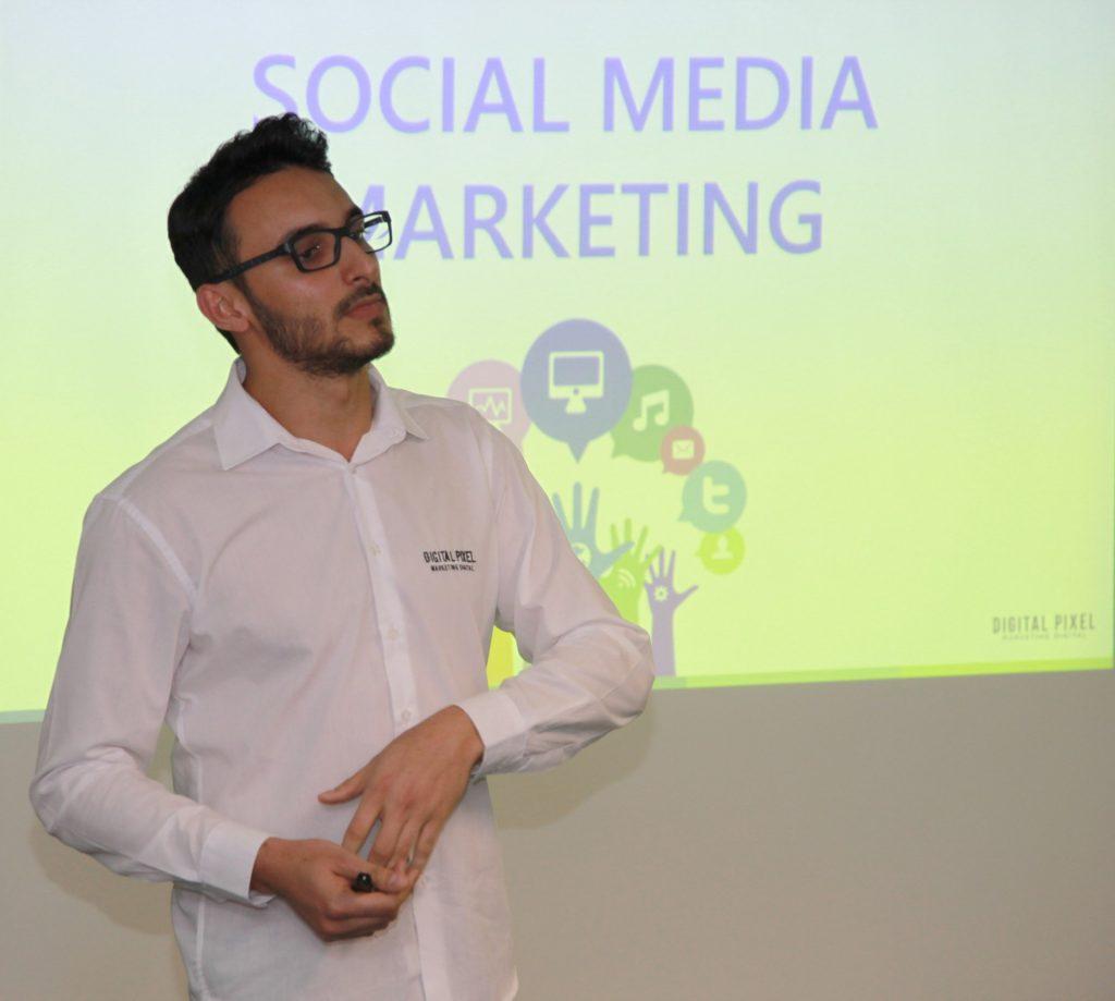 Cleiton Benízio fala sobre redes sociais no curso de Marketing Digital para Gestores.